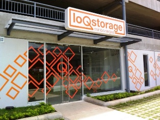 Loq Storage Mini Bodegas in the real estate development Avenida Escazú inhabits the lower floor of the community parking garage.
