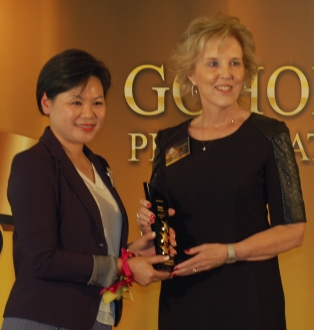 At right, Marilyn Leslie, president of MiniCo Asia Ltd., accepts the Best Storage award from Viola Cheng, director of the New World Club, during the GoHome Awards 2013 ceremony on Oct. 29.